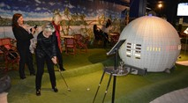 Women playing adventure golf through Globen