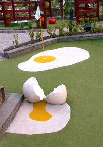 Cracked egg att Alton Towers Adventure Golf